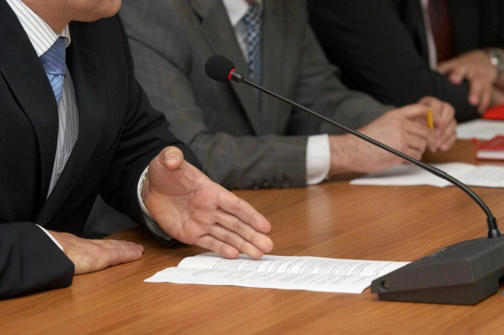 Câmara de Vereadores de Petrolina publica aviso de edital de concurso público.